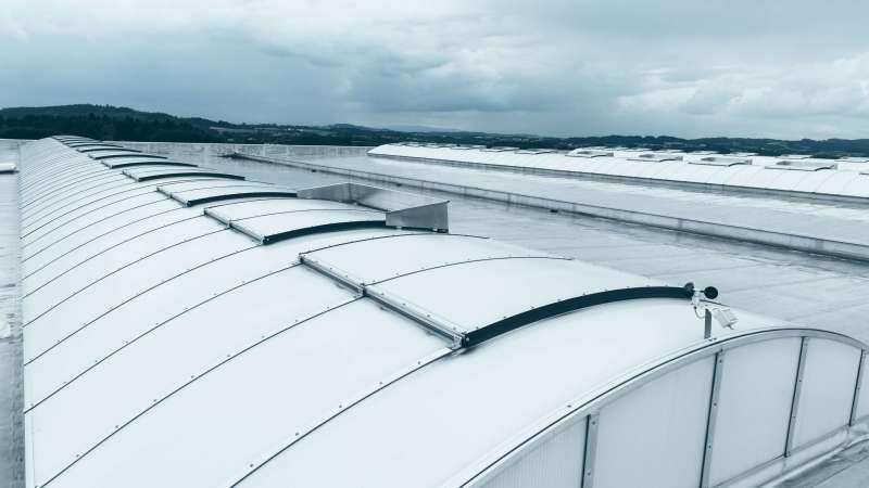 Metron Vilshofen GmbH | Albersdorf/Vilshofen • New installation of the Proline 16 continuous rooflight, 3 continuous rooflights each with 54 m x 6 m. 27 SHEV and 12 ventilation flaps.