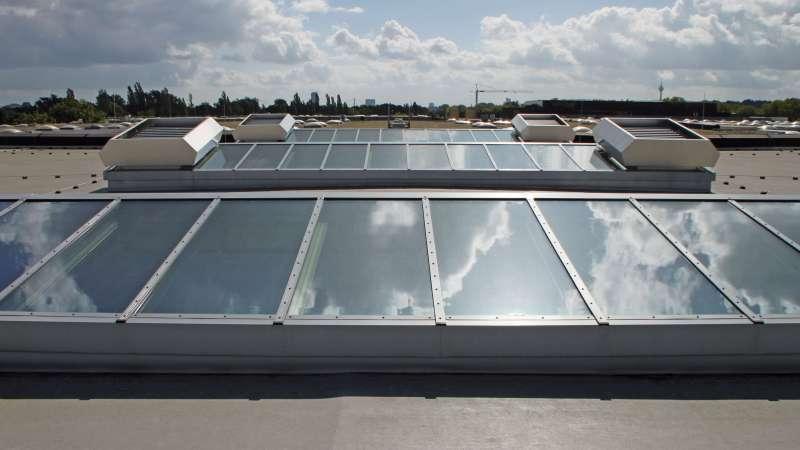 Messe Düsseldorf GmbH, Messehalle 5 (Trade fair) | Düsseldorf • 25 sloping windows, 15.00 m x 2.60 m, each with 2 multi-purpose ventilators, as stick construction and with tinted glass.
