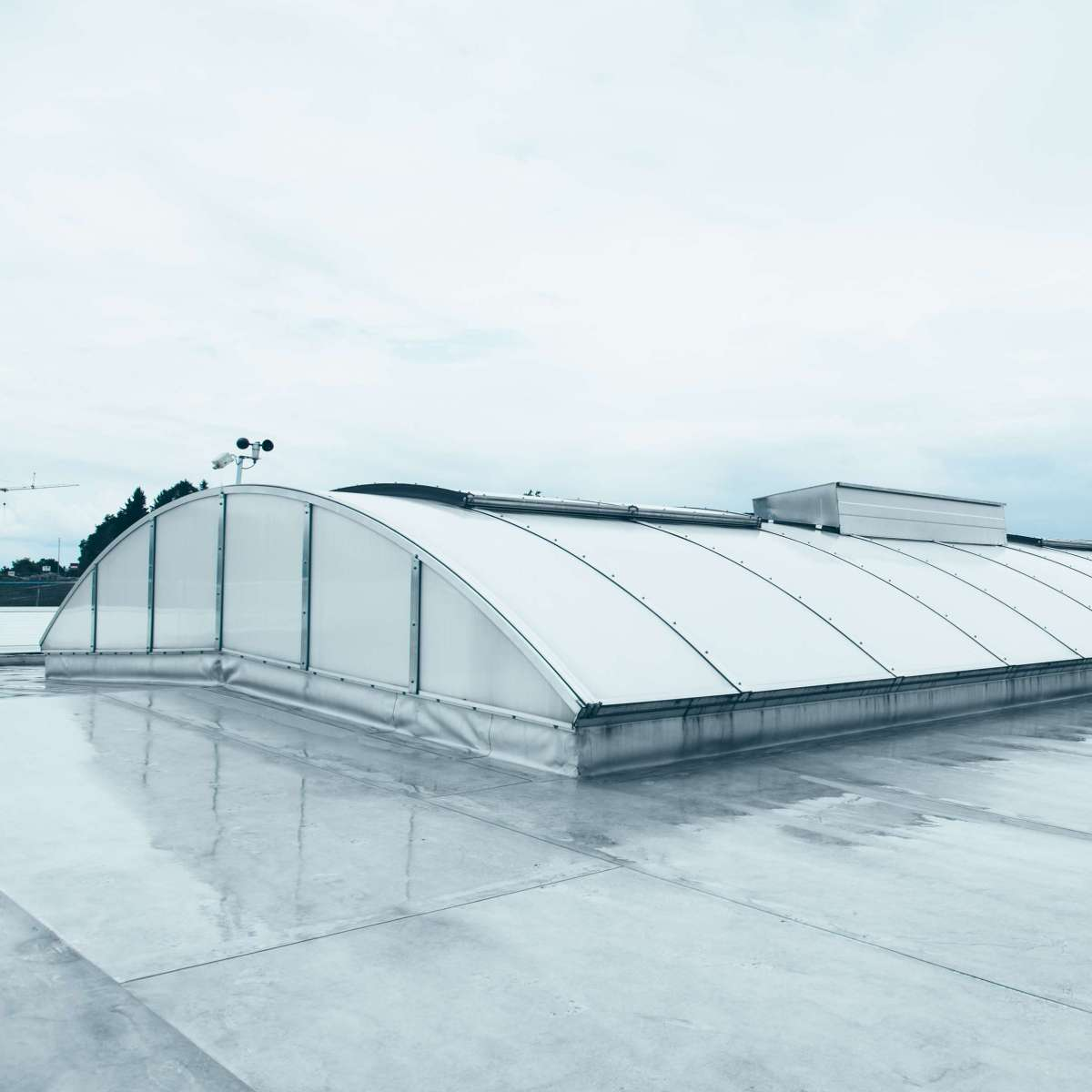 Metron Vilshofen GmbH | Albersdorf/Vilshofen • New installation of the Proline 16 continuous rooflight, 3 continuous rooflights each with 54 m x 6 m. 27 SHEV and 12 ventilation flaps.