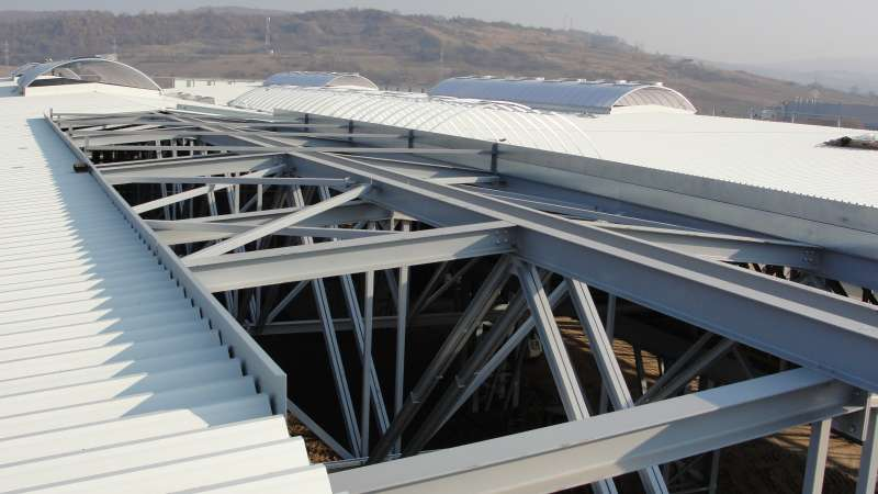 Tenaris | Zilach, Romania • 8 x rooflight Topline ELS 30 x 6.70 m, 53 xNSHEV flapsprovide safety and guarantee fresh air
